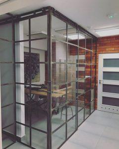 Ścianki szklane − dlaczego są niezastąpione w industrialnych wnętrzach?