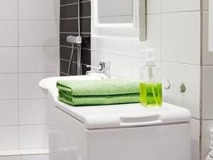 Białe łazienki nie muszą być nudne – jak dodać im stylu?