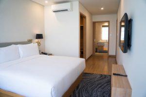 Komfortowa i stylowa sypialnia – co powinno się w niej znaleźć? maly-pokoj-hotelowy-z-podwojnym-lozkiem-i-lazienka_1262-12489-1-300x200