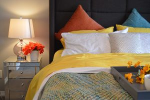 Jaką lampę do sypialni powinien wybrać miłośnik wieczornej lektury? bed-1158267_1280-300x199